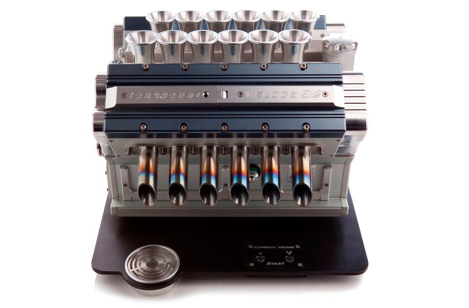 V12 эспрессо-машина в виде двигателя гоночного автомобиля
