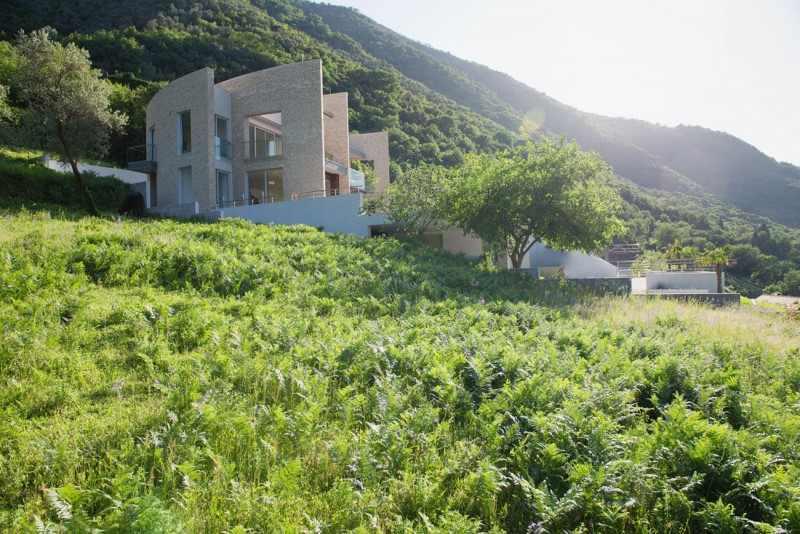 Современный двухэтажный дом из камня в Черногории от студии Enforma